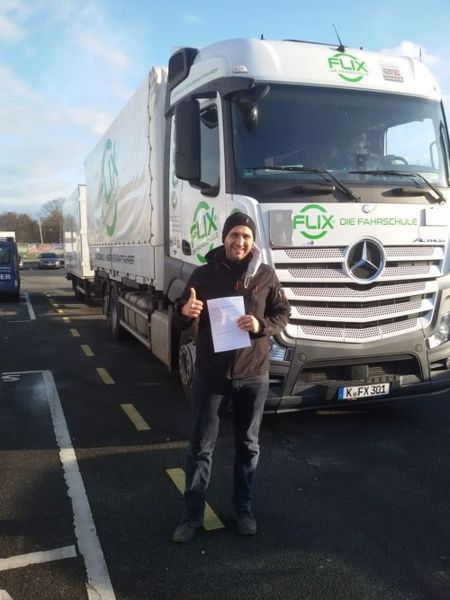 Lkw-Berufskraftfahrerausbildung erfolgreich bestanden! So freut sich ein Lkw-Fahrer über den Lkw-Führerschein.